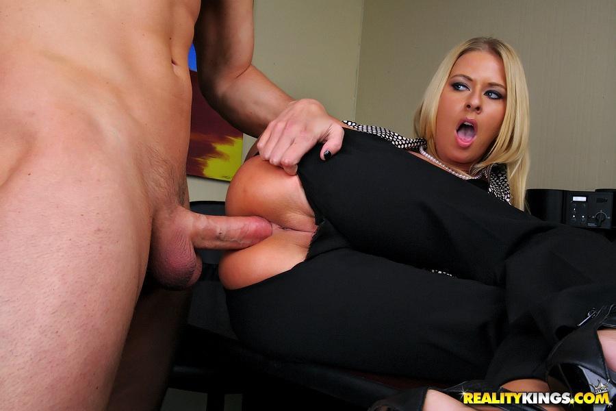 twee-mature-milfen-worden-anaal-geneukt-op-kantoor-10