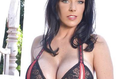 Delz Angel, een geile milf met grote borsten, heeft sexy lingerie aan