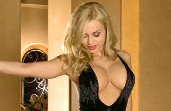 Geile blondine, Jenny Poussin, heeft een hele sexy jurk aan