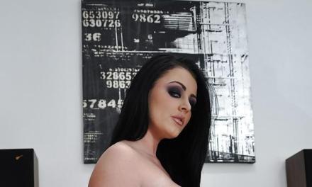 Sophie Dee, een geile brunette met grote tieten, heeft een trio