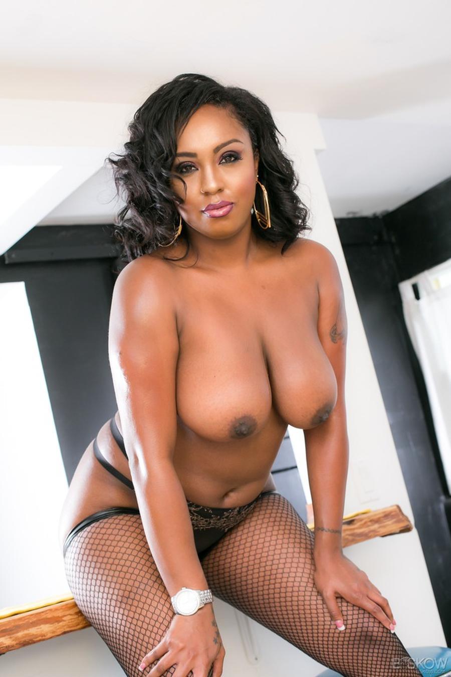 volslanke-donkere-vrouw-in-sexy-zwarte-lingerie-08