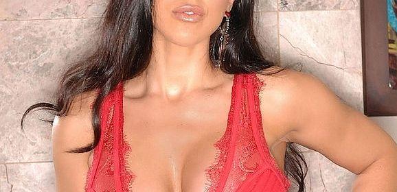 Brianna Jordan houdt van masturberen en speelt met haar grote tieten
