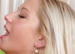 Geil blondje houdt van pijpen