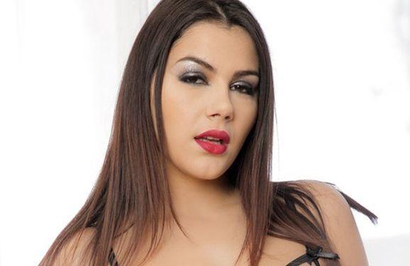 Valentina Nappi, opwindend in kanten lingerie en hoge hakken
