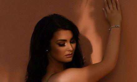 Ashleigh Gee ziet er sexy uit in doorkijklingerie