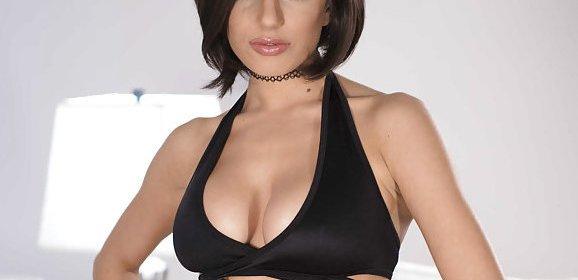 Darcie Dolce, sexy kort rokje en lingerie, is van de lesbische sex