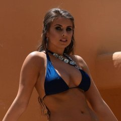 Sarah McDonald, knappe vrouw in bikini en topless