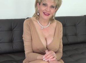 Elegante oudere vrouw heeft sex met de jonge barman