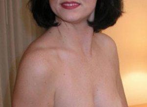 Sexy vrouw, 46 jaar en topless, is op zoek naar piemels