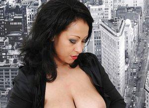 Danica Collins, hete milf in lingerie, trekt man af met haar grote borsten