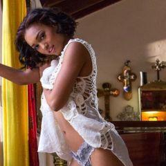 Knappe ebony babe, Noel Monique, is een zeer verleidelijke vrouw