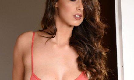 Lauren Louise, lekkere brunette, trekt haar body uit