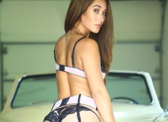 Eva Lovia gaat naakt op een klassieke Amerikaanse auto