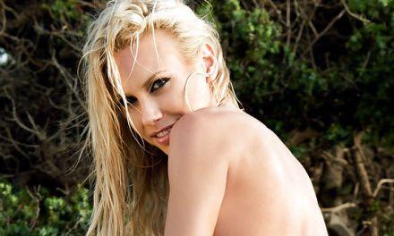 Katia Dede, blonde Playboy babe, naakt op het strand
