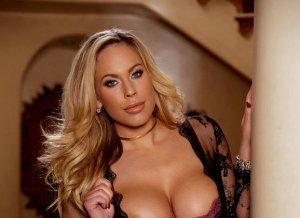 Knappe blondine met grote borsten heeft een opwindend lingeriesetje aan