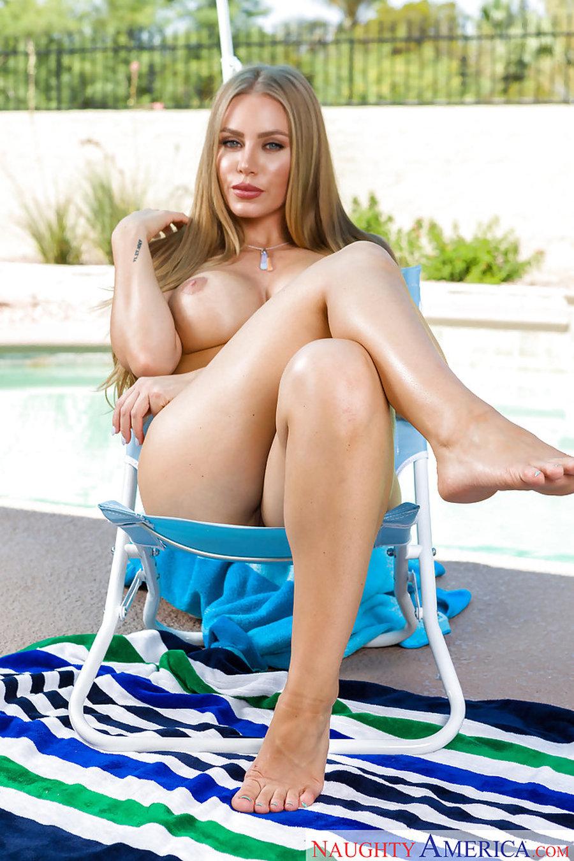 Nicole-Aniston-naakt-bij-het-zwembad-benen-wijd-16