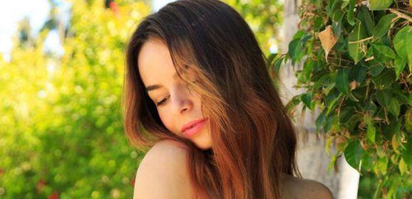 Deborah, knappe Russische brunette, gaat naakt in de natuur