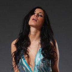 Rachelle heeft grote borsten en ze doet een striptease