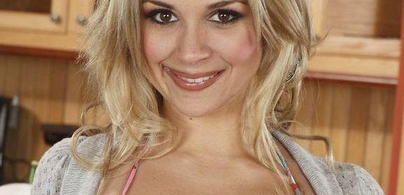 Sarah Vandella, mooie blondine heeft erotische seks