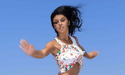 Tanaia J, exotische babe, naakt op het strand aan het genieten