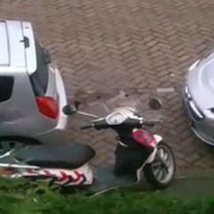 Beveiliger heeft sex in een auto op de openbare weg