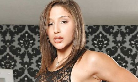 Abella Danger, lekker in lingerie, wordt in haar kontje geneukt