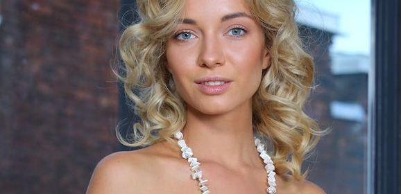 Annabell, mooie blondine, gaat naakt op een stoel