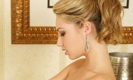 Sarah Peachez, blonde vrouw met kleine tieten, naakt in bad