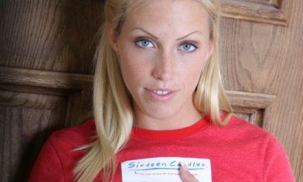 Cassie, blonde Girl-Next-Door, doet een spannende striptease
