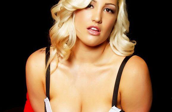 Blonde seksbom Dayna Vendetta heeft heerlijke sex