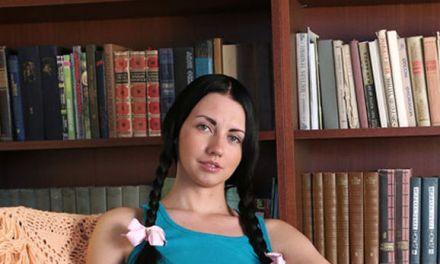 Felicia, knappe boekenwurm met paardenstaartjes, gaat naakt