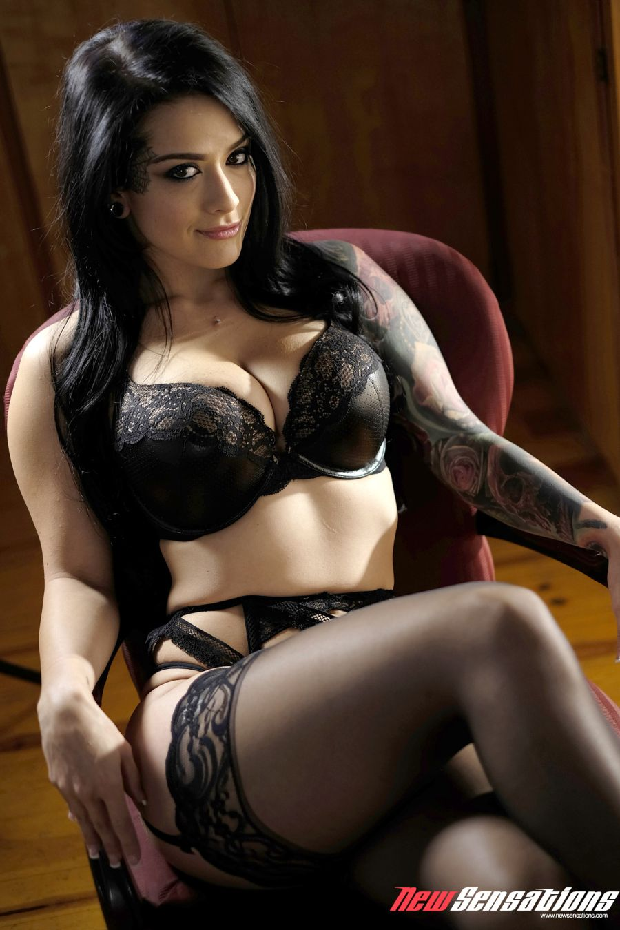 Katrina Jade, tatoeages, grote tieten en lingerie