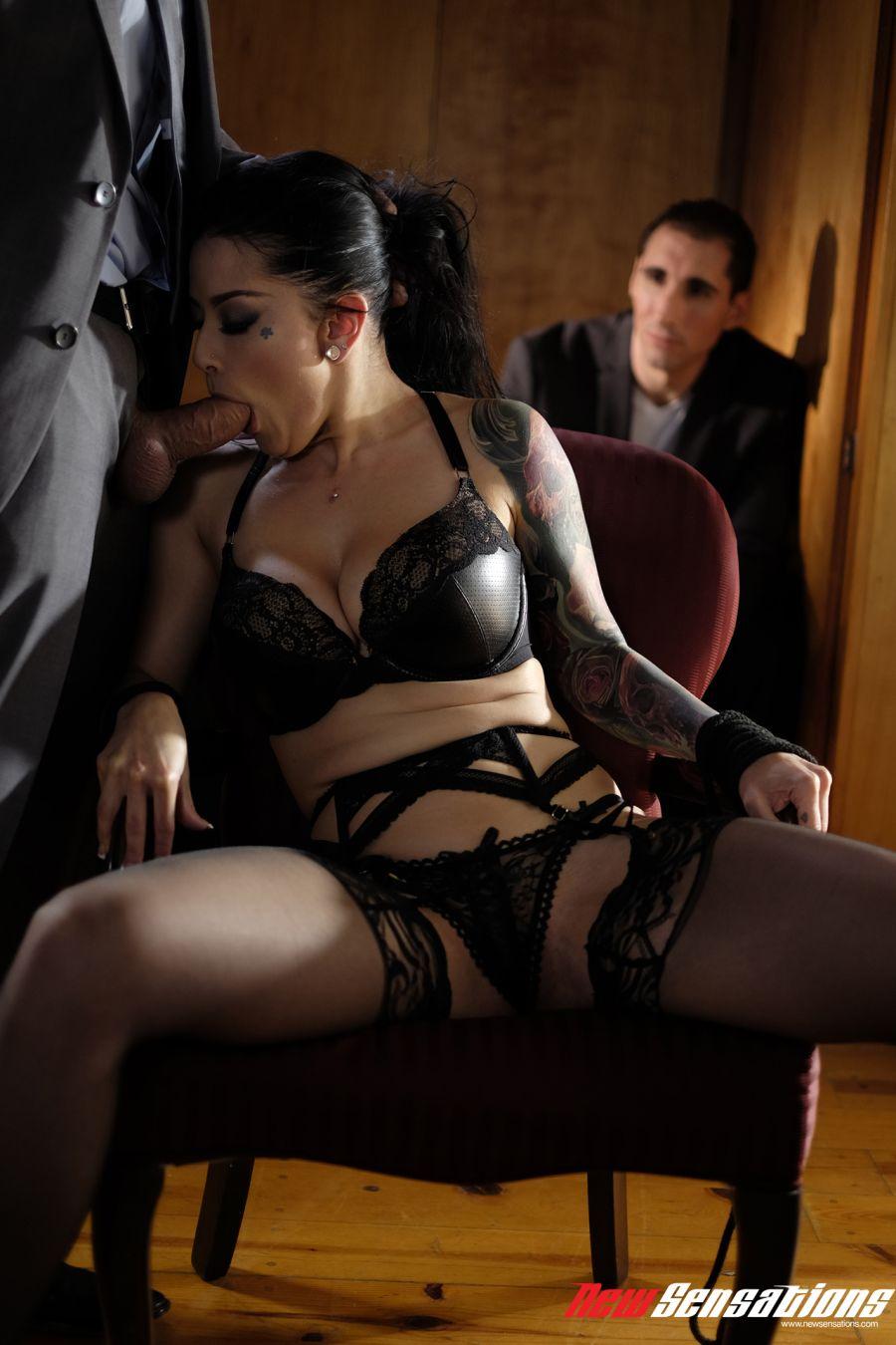Katrina-Jade-laat-zich-neuken-echtgenoot-kijkt-toe-003