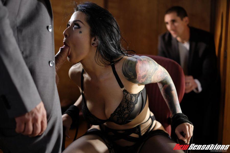 Katrina-Jade-laat-zich-neuken-echtgenoot-kijkt-toe-004