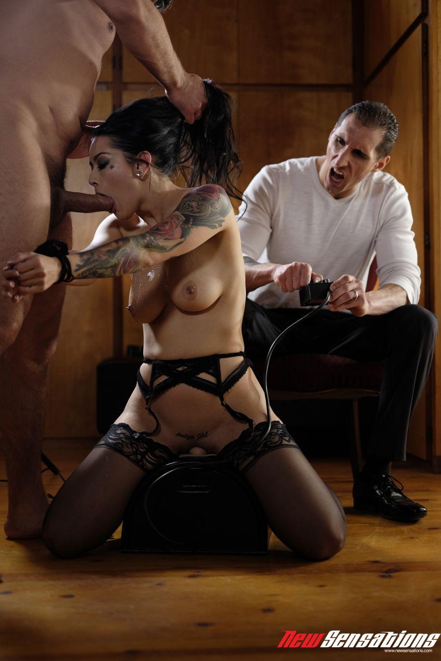 Katrina-Jade-laat-zich-neuken-echtgenoot-kijkt-toe-015