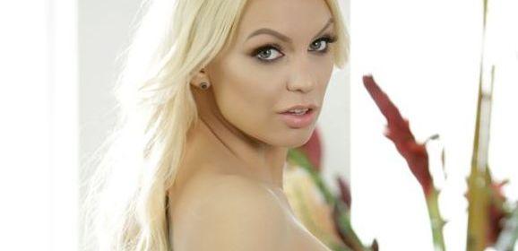 Kenzie Taylor, lekkere blonde slet met grote tieten, houdt haar panty's aan