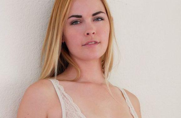Bailey Rayne, mooie vrouw is op bed aan het masturberen