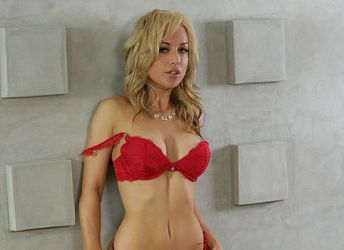 Kayden Kross, eerst sex op het mannentoilet en dan op de bank