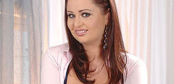Secretaresse met dikke tieten, Sirale, heeft sex met haar baas