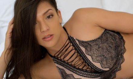 Kelsi Shay, getinte schoonheid, is aan het dagdromen op bed
