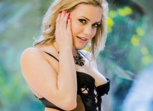 Mia Malkova en Raven Rockette hebben lesbische seks