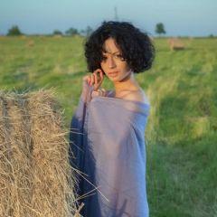 Pammie Lee gaat naakt in het weiland, tussen de hooibalen