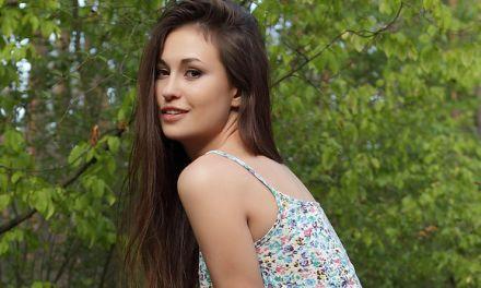 Mila, knappe brunette, gaat naakt in het bos