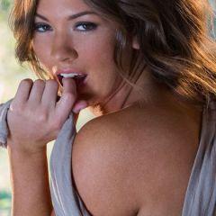 Babes bij de Buren, een babe met grote borsten doet een striptease en meer