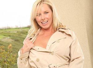 Lacey Love, heerlijke blonde mature milf