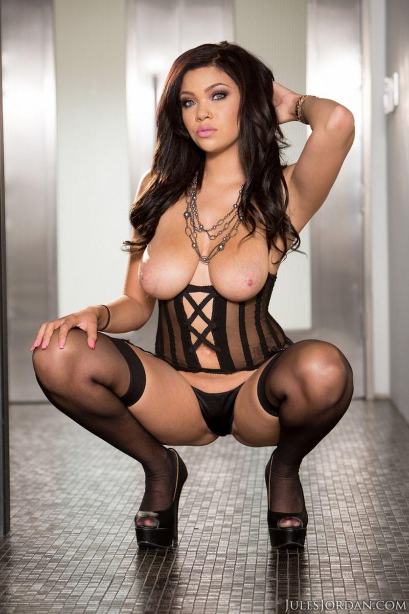 Cassidy-Banks-grote-tieten-heeft-sexy-lingerie-aan-08