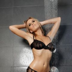 Chikita trekt haar lingerie onder de douche uit