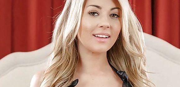 Kayla Kayden in de swingersclub, een echtgenote kijkt toe