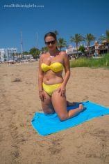 Lexi-grote-borsten-gele-bikini-strand-03