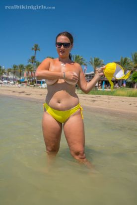 Lexi-grote-borsten-gele-bikini-strand-07